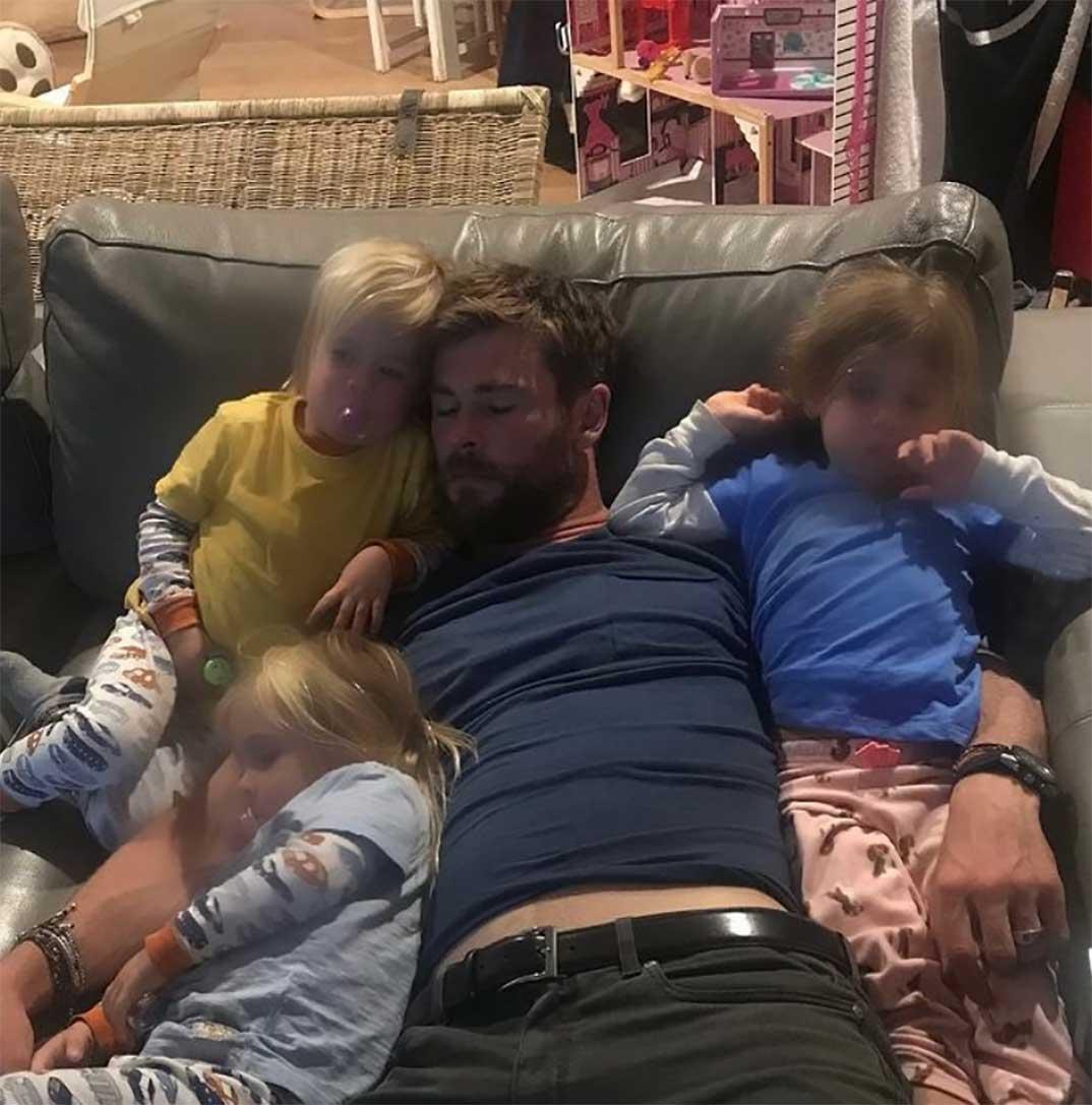 Chris Hemsworth con sus tres hijos © Instagram