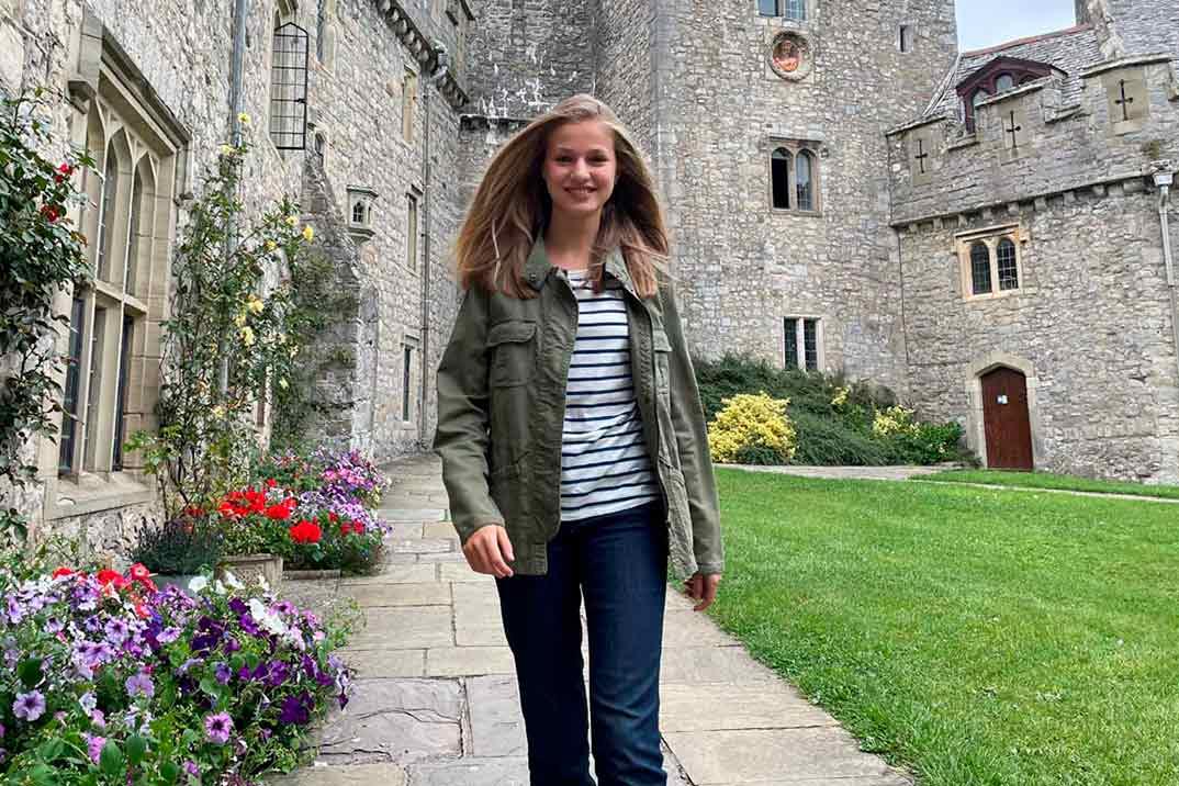 Primeras fotos de la princesa Leonor, muy sonriente, en el internado de Gales