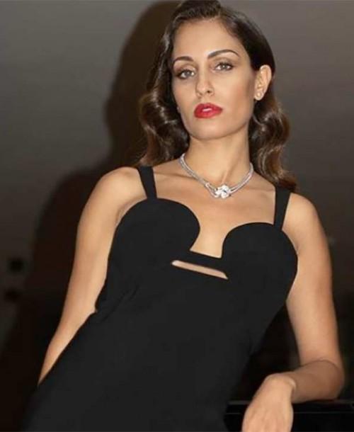 Hiba Abouk presume de embarazo sobre la alfombra roja de San Sebastián
