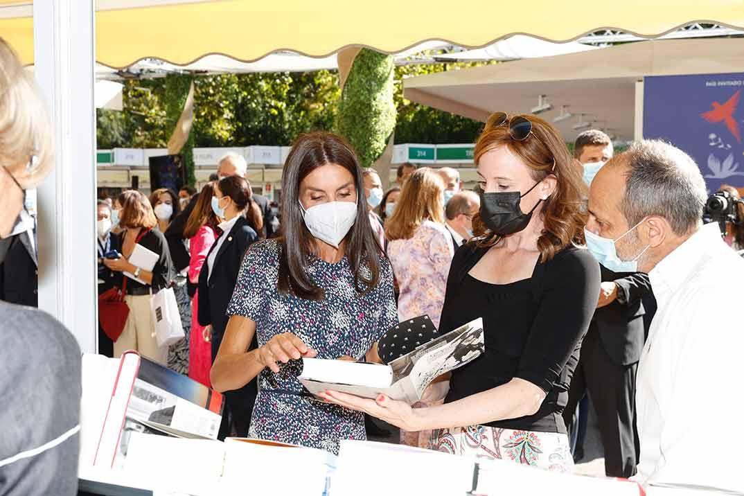 La reina Letizia inaugura la Feria del Libro con un vestido de estampado 'fantasía'