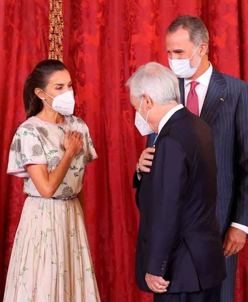 La reina Letizia abre el armario de doña Sofía para reciclar un vestido que estrenó hace 40 años