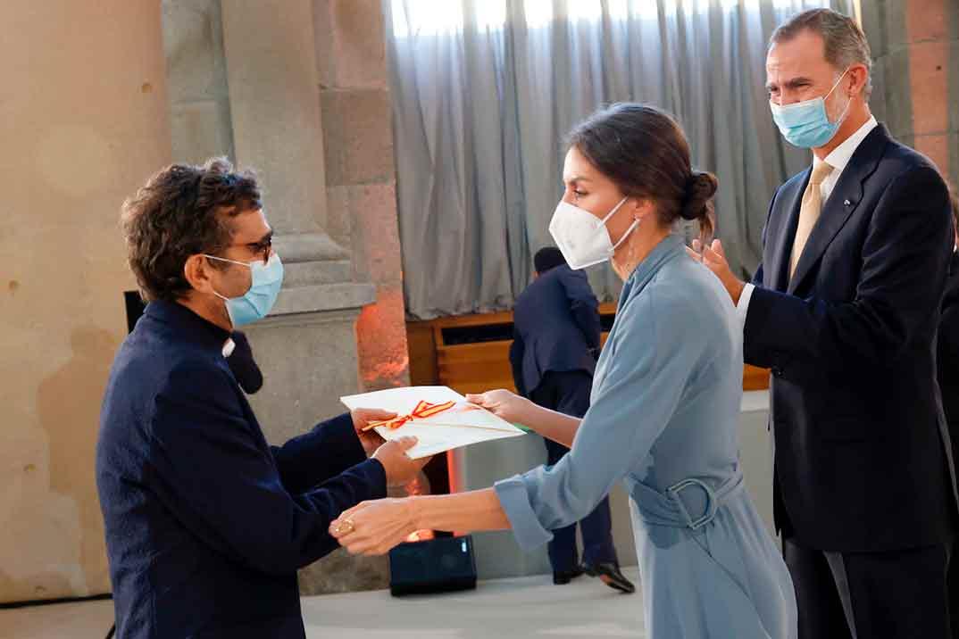 La reina Letizia se viste de Adolfo Domínguez para entregar un premio al diseñador