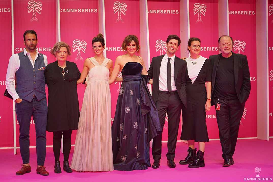Clara Lago con sus compañeros de reparto ©Canneseries/ Juliette Osdoit