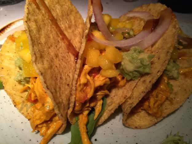 3.Tacos de pollo tikka masala con guacamole, mango y pico de gallo