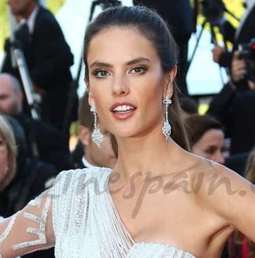Alessandra Ambrosio, muy sexy sobre la alfombra roja de Cannes