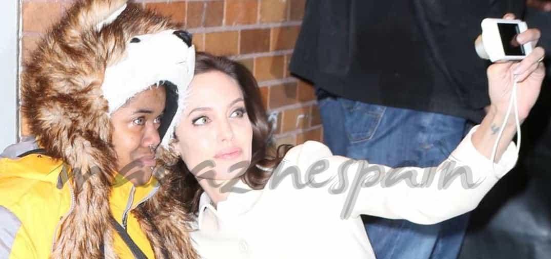 Angelina Jolie ayuda a una fan