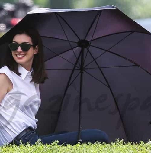 Anne Hathaway de picnic en el parque