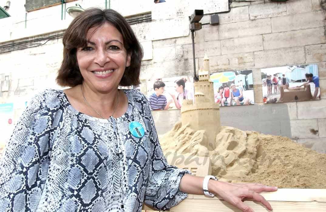 Anne Hidalgo «se baña» en la playa de París