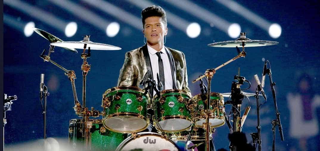 El cantante hawaiano Bruno Mars, triunfa en la Super Bowl
