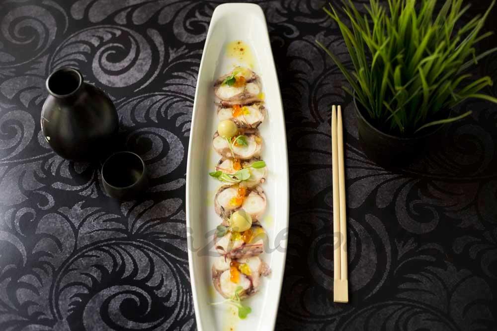 Carpaccio-de-pulpo,-olivas-falsas,-wasabi-caviar-y-soja-tamari