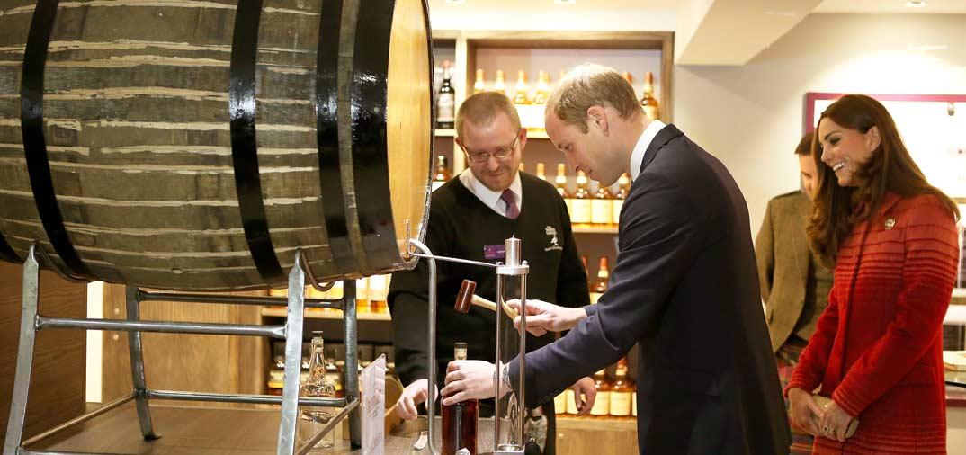 Duques de Cambridge prueban el auténtico whisky escocés