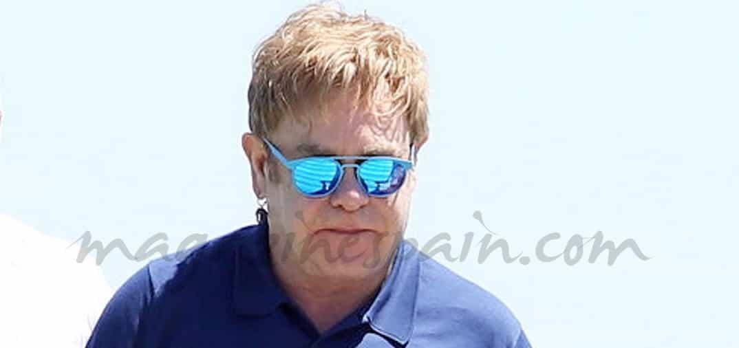 Con unos kilos de más, Elton John se recupera en Saint Tropez
