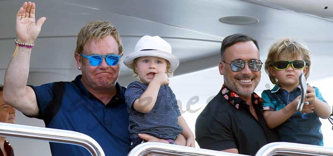 Elton John, su marido y sus hijos en Saint Tropez