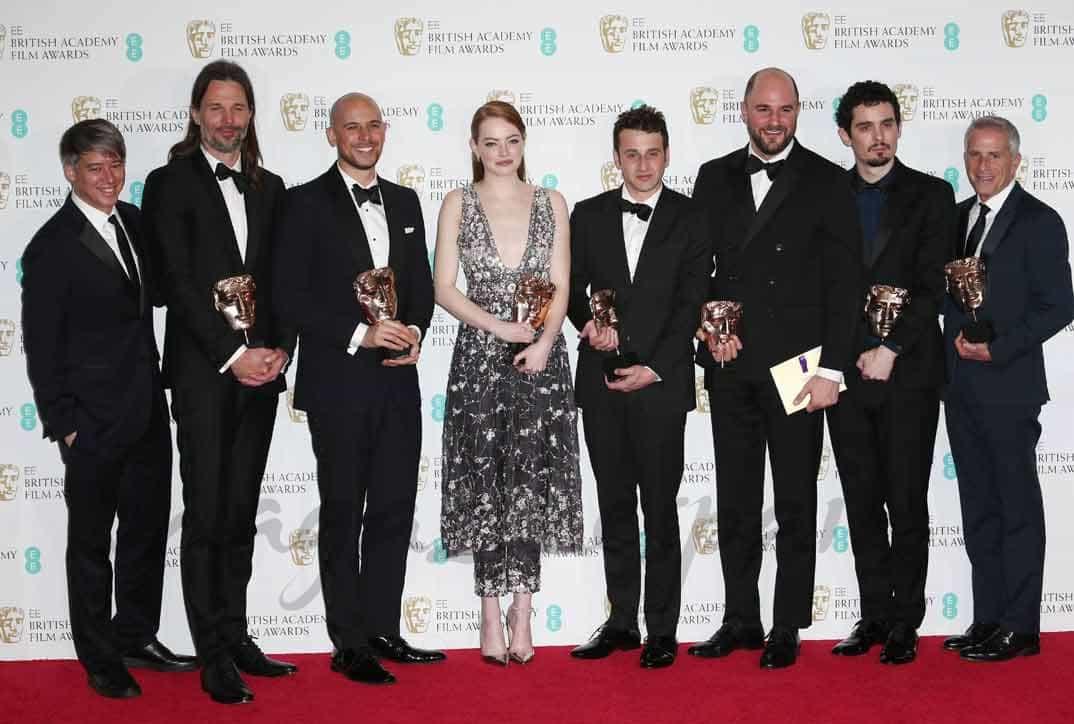 """Emma Stone y Damien Chazelle con el equipo de """"La La Land"""""""