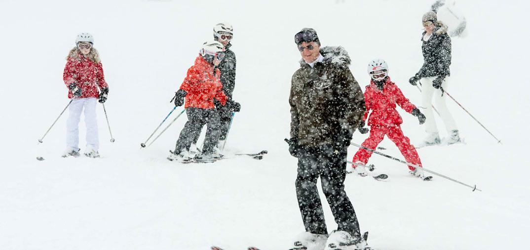 La Familia Real belga  celebran el carnaval en la nieve