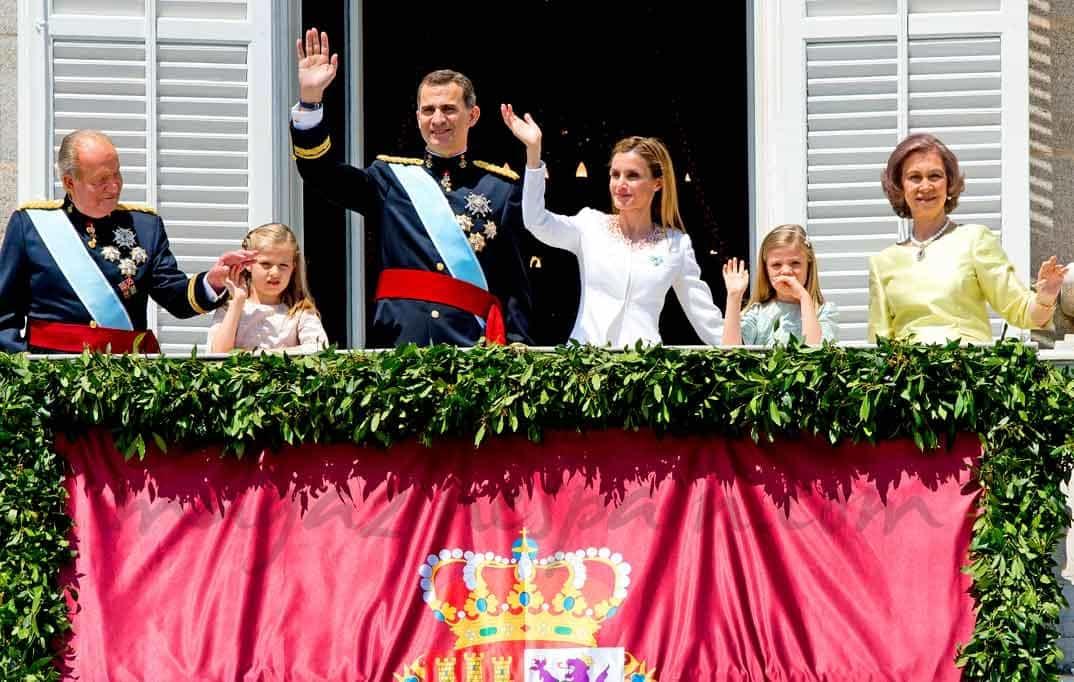 El rey Felipe VI y la reina Letizia saludan desde el balcón junto a la Familia Real