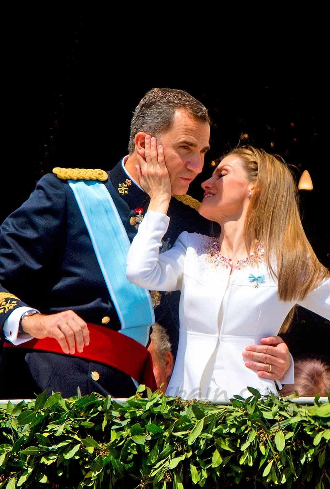 El rey Felipe VI y la reina Letizia saludan desde el balcón