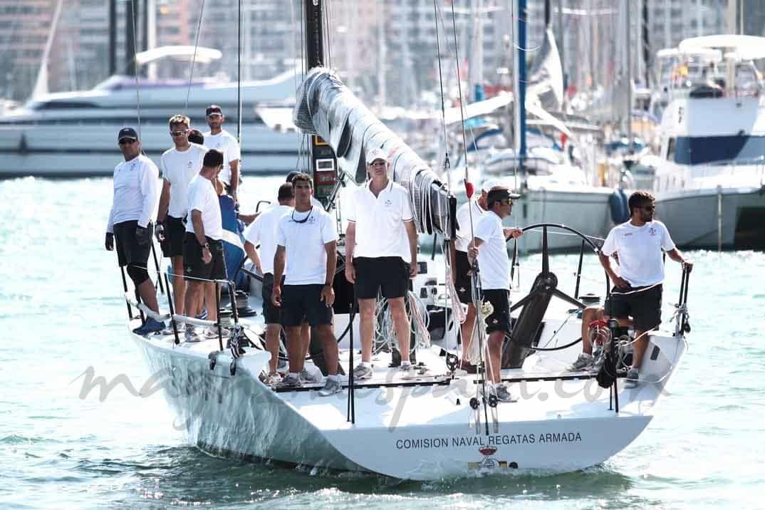 Felipe-VI-y-su-equipo-de-regatas