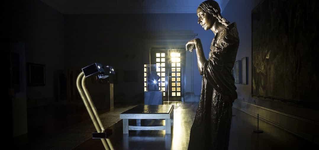 Desde tu casa y por la noche, puedes visitar la galería de arte «Tate Britain»