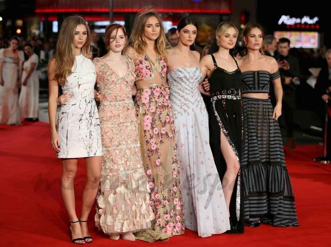 hermione-corfield,-ellie-bamber,-suki-waterhouse,-millie-Brady-bella-heathcote-and-lily-james-en-pride-and-prejudice-and-zombies