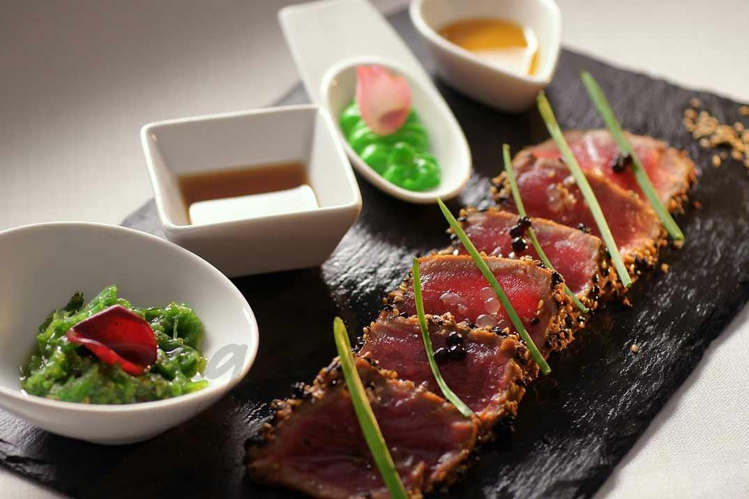 tataki de atún rojo con cuatro acompañantes