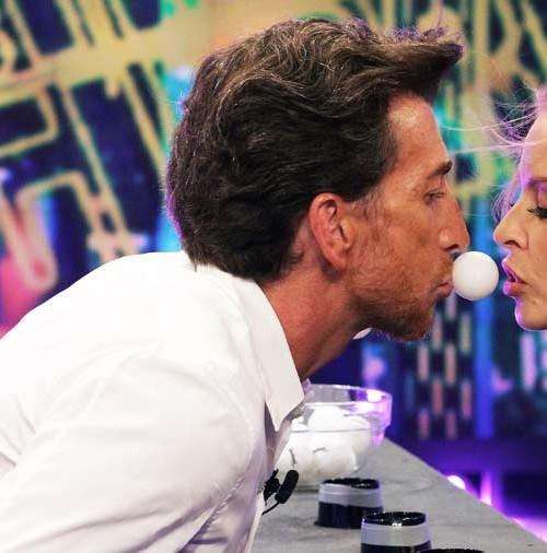 """Kylie Minogue, le hace un """"Ice Bucket Challenge"""" a Pablo Motos"""