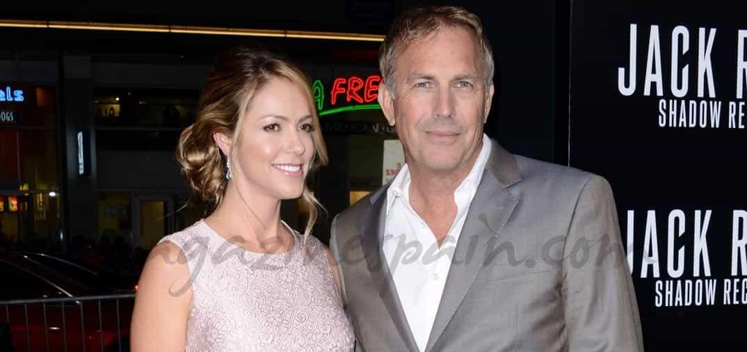 Kevin Costner y su esposa Christine Baumgartner, juntos en el estreno de su última película