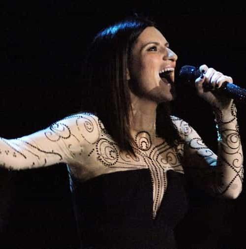 ¿Accidente o promoción?: Laura Pausini enseña…