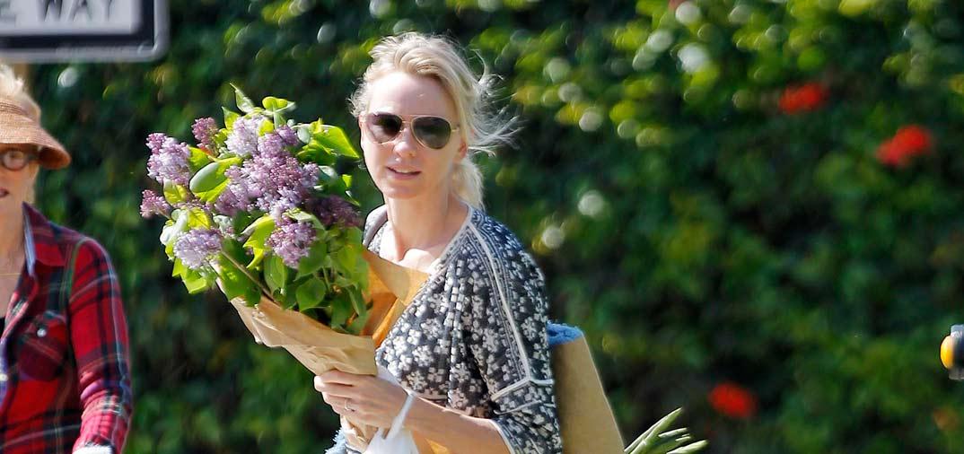 Naomi Watts feliz ama de casa