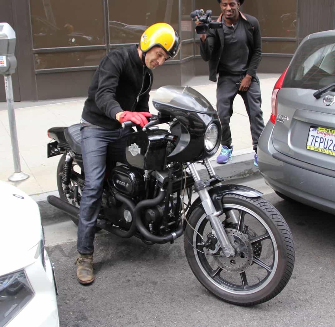 Olivier Martínez en moto
