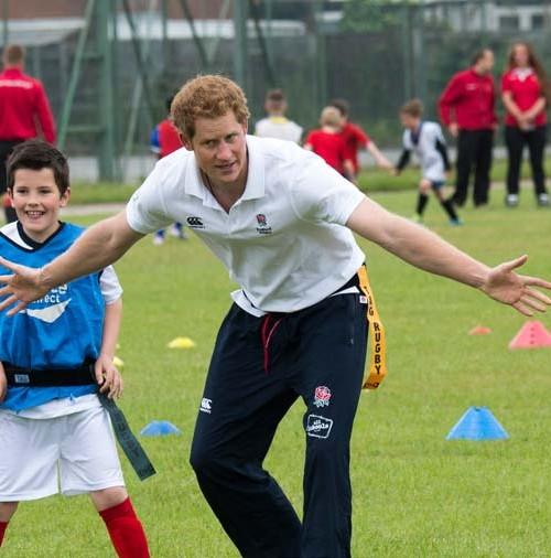 El príncipe Harry bajo los palos
