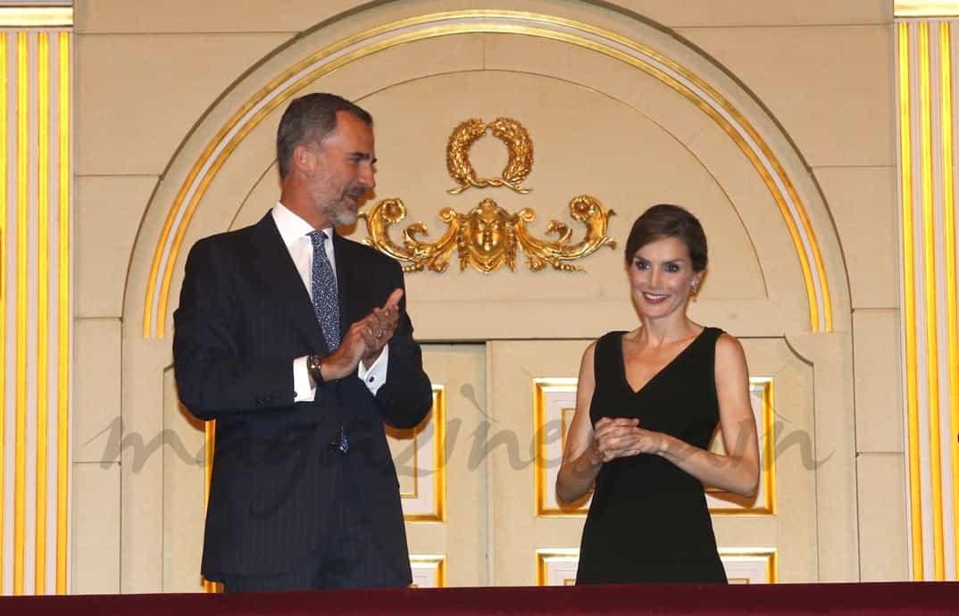 Rey Felipe con la reina Letizia en el Teatro Real