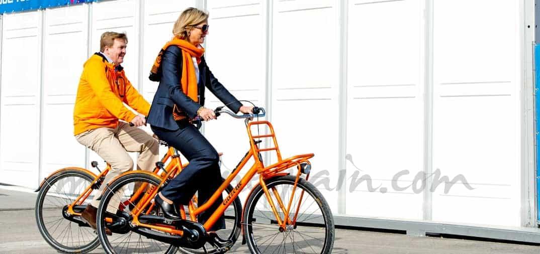 Los reyes de Holanda en bicicleta