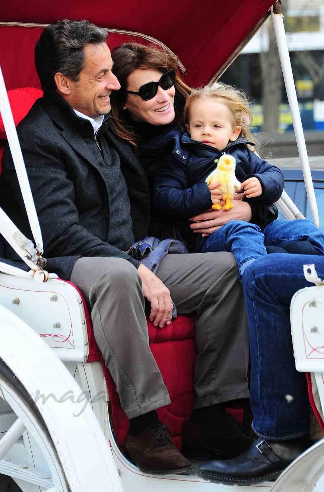 Sarkozy-y-Carla-Bruni-con-su-hija-Giulia