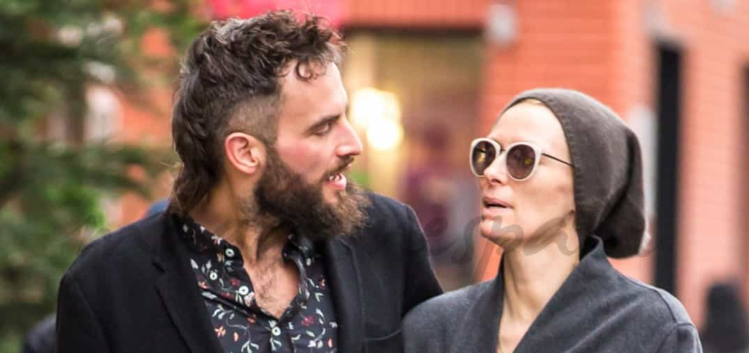 Tilda Swinton y su novio por la Gran Manzana