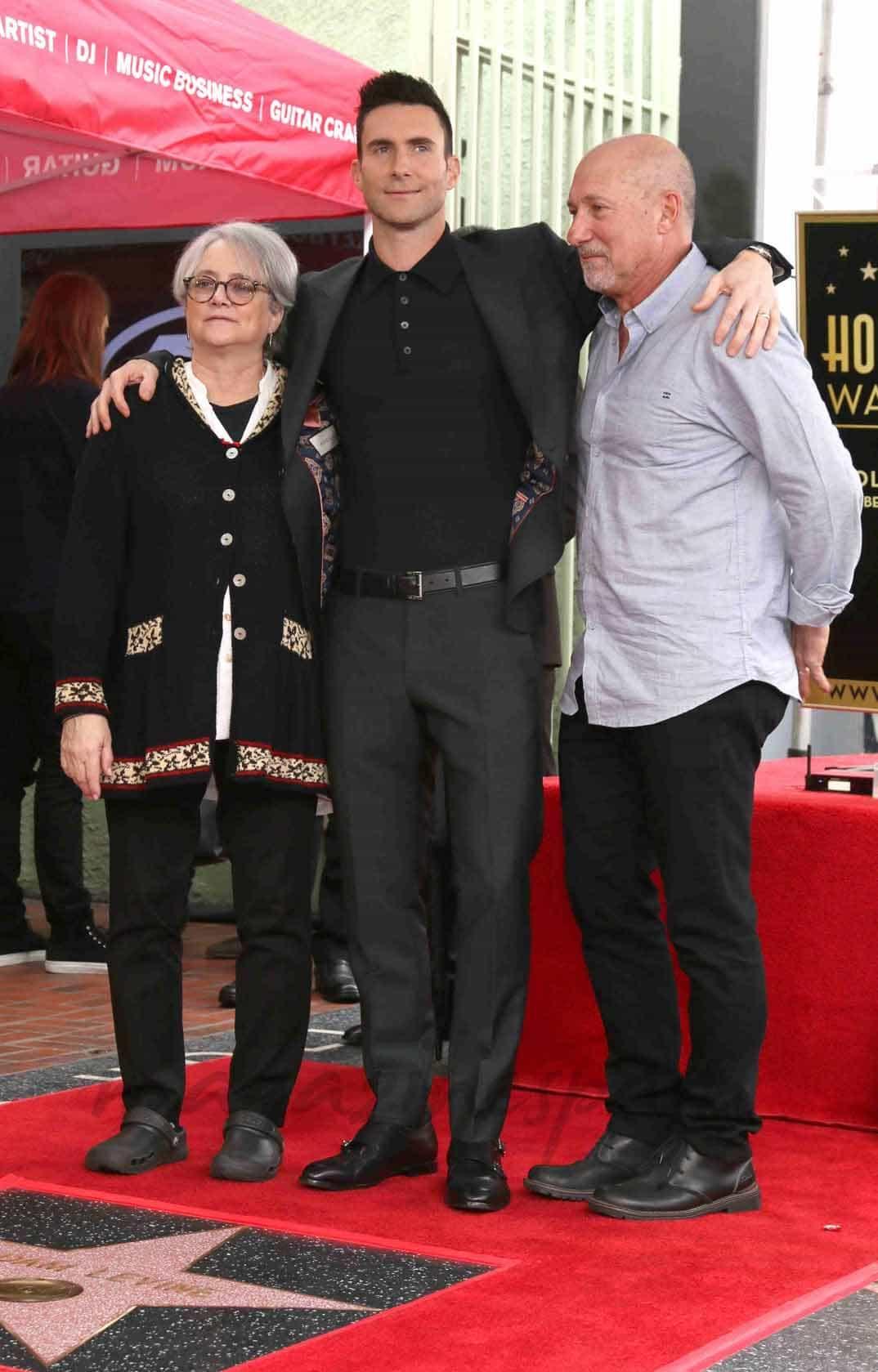 adam levine con sus padres