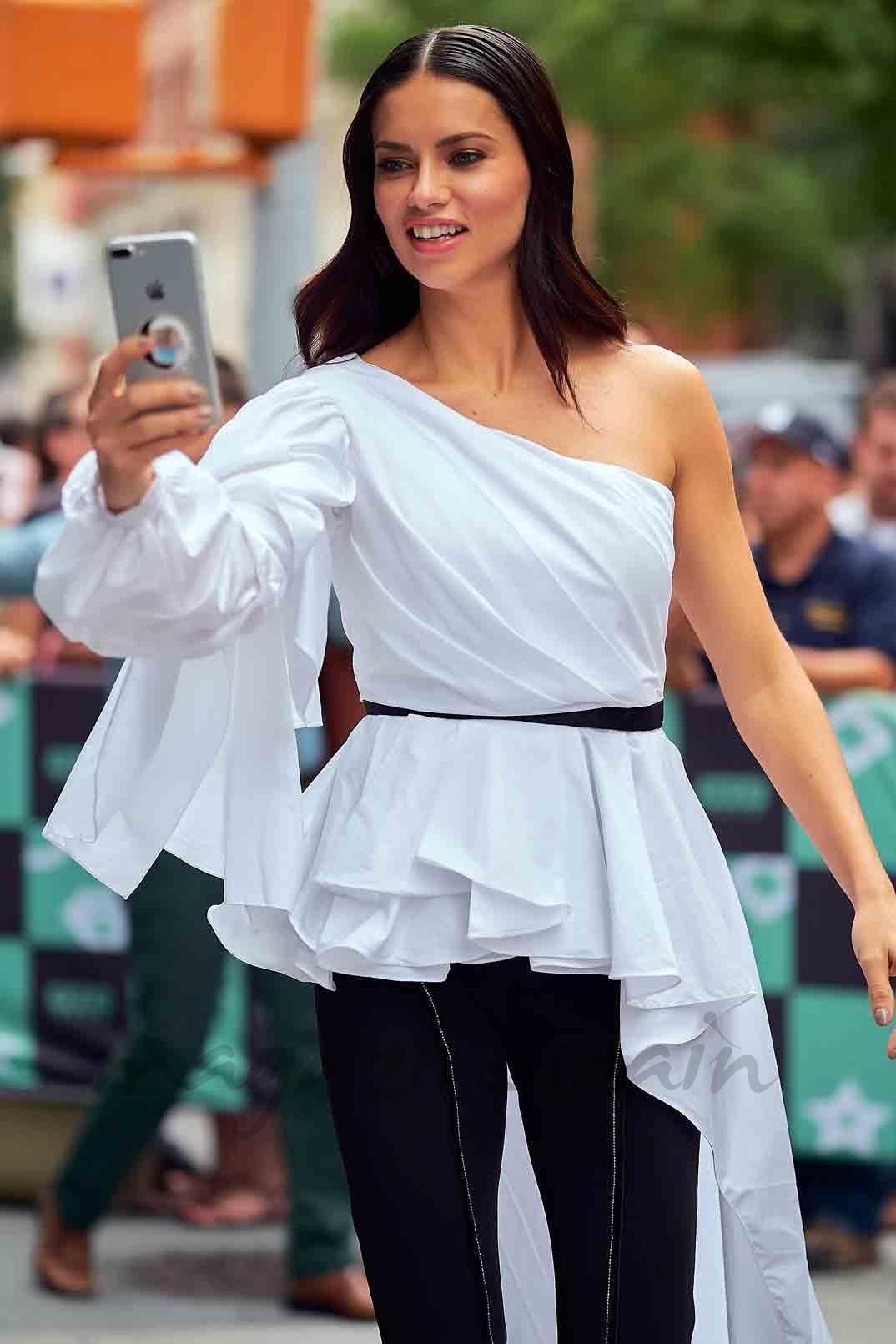 adriana lima apasionada por los selfie