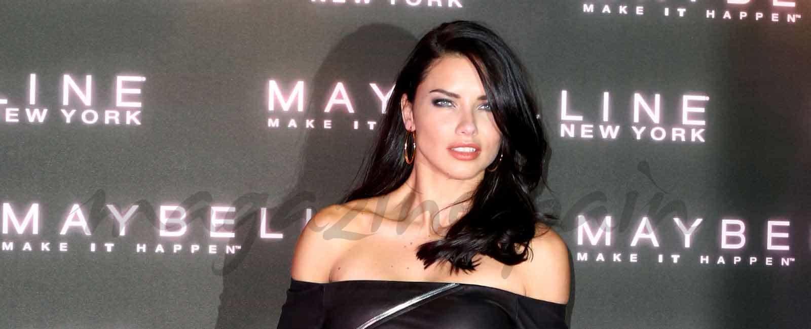 Adriana Lima espectacular con un LBD de cuero