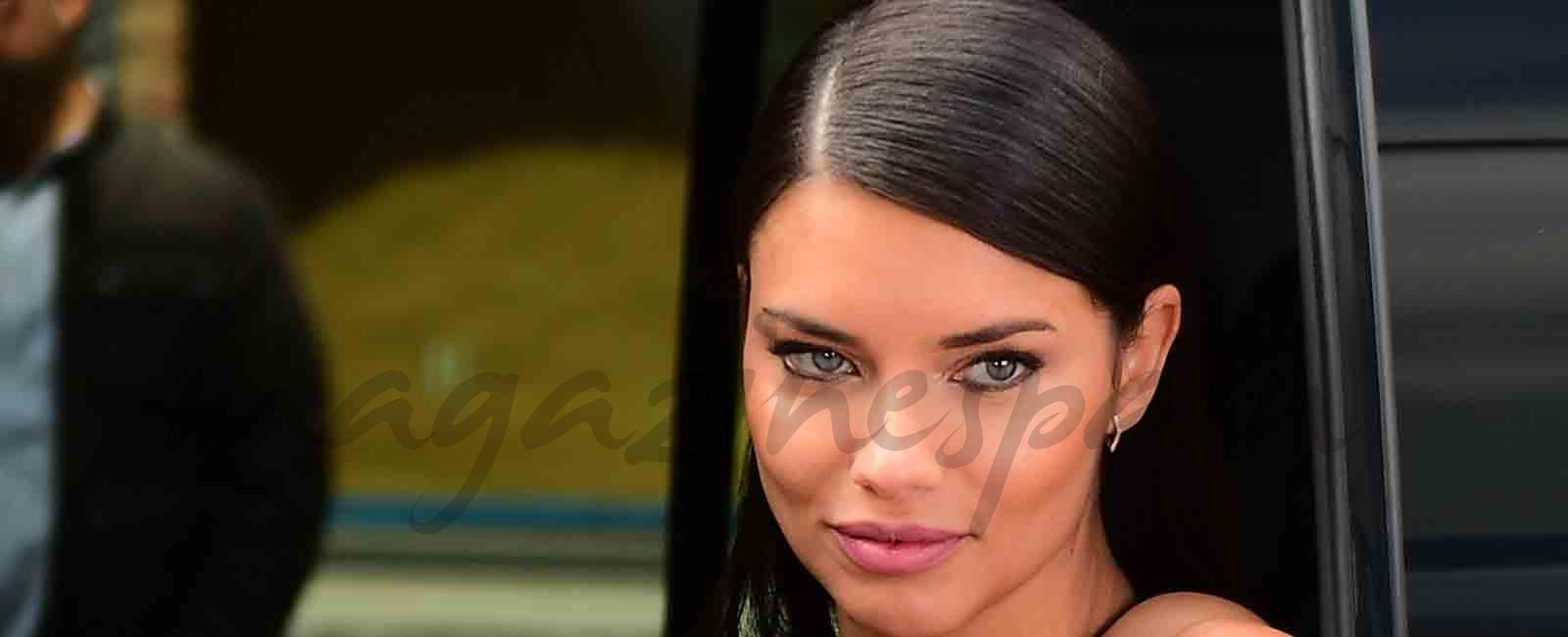 Adriana Lima, impresionante mujer de rojo