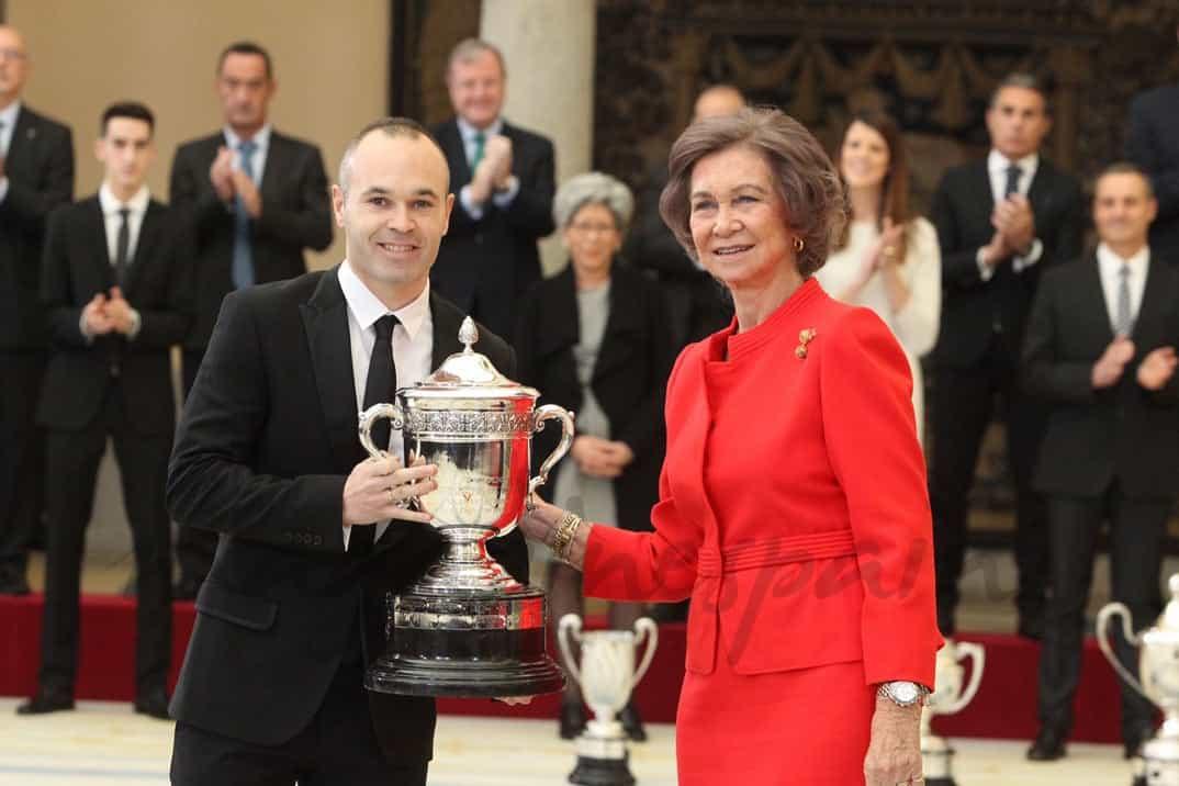 Su Majestad la Reina Doña Sofía entrega el Premio Reina Sofía, al futbolista Andrés Iniesta Luján © Casa S.M. El Rey