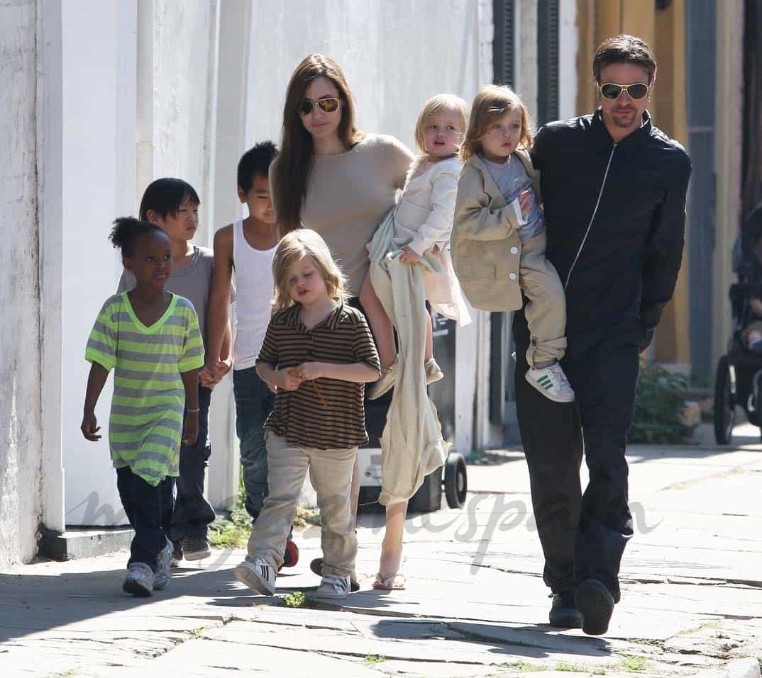 Angelina Jolie y Brad Pitt con sus seis hijos - 19 marzo 2011-.