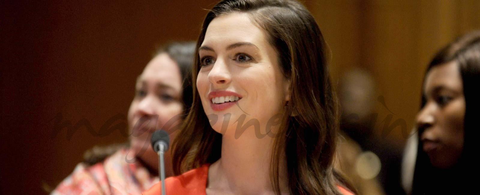 Anne Hathaway defensora del permiso postnatal