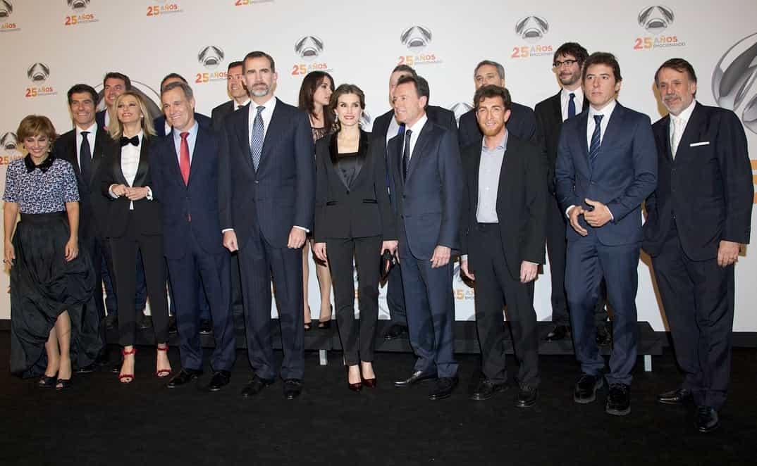 Los Reyes Felipe y Letizia con los presentadores de Antena 3