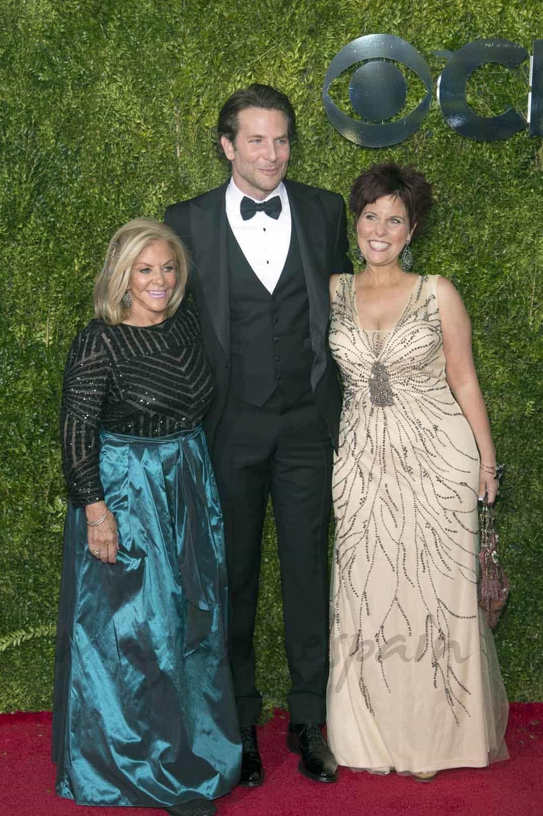 Bradley Cooper con su madre y su hermana