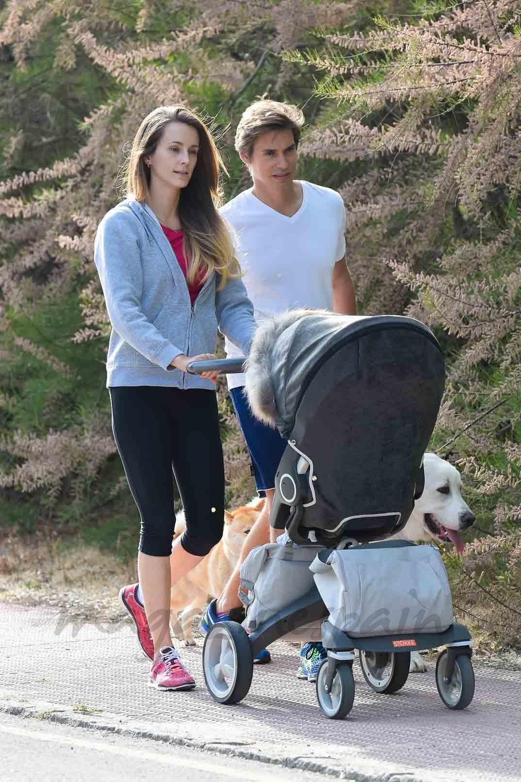Carlos Baute y su mujer, Astrid Klisans con el pequeño Markuss