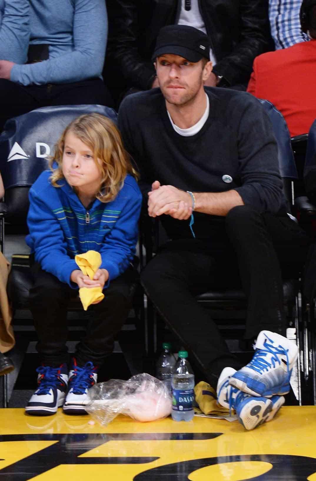 chris-martin-con-su-hijo en el basket