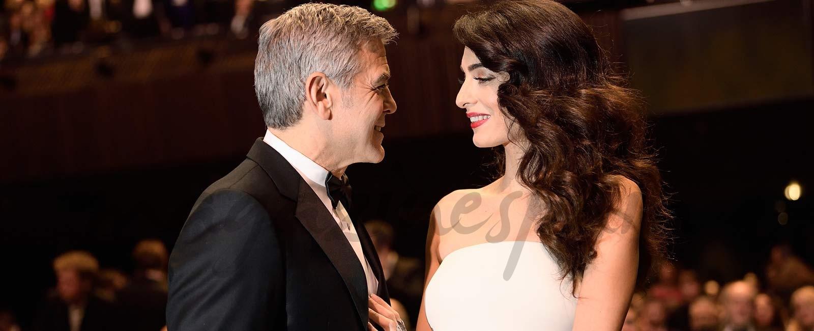 Amal Clooney presume de embarazo en los Premios César