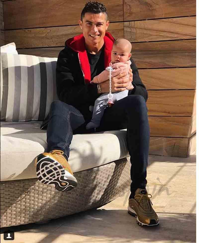 cristiano ronaldo posa con su hija eva