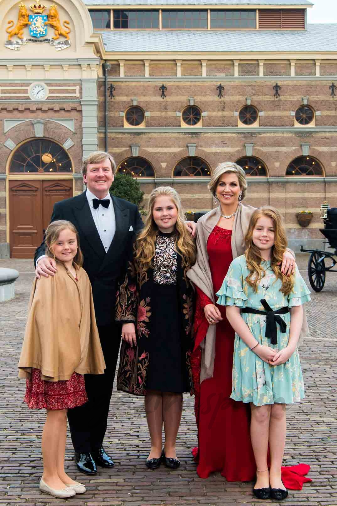 Reyes Guillermo y Máxima de Holanda con sus tres hijas