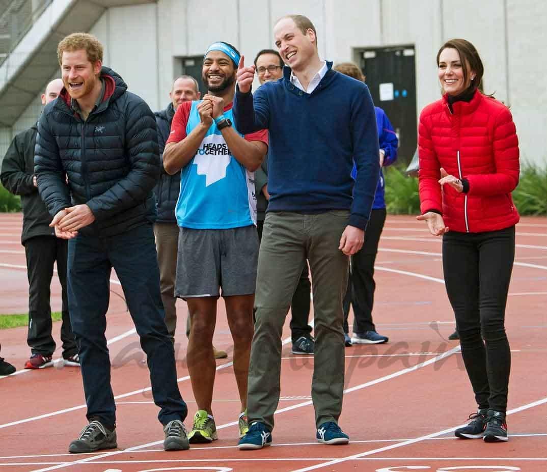 duques de cambridge y el principe harry participan en las carreras